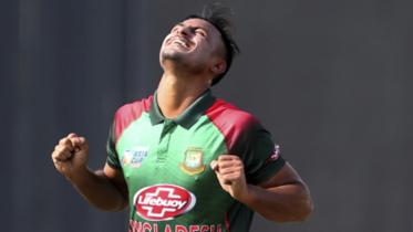 রাওয়ালপিন্ডি টেস্টে বাংলাদেশ প্রথম ইনিংসে দু'শো ছাড়লো।