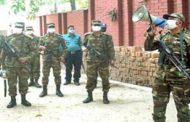 চট্টগ্রাম শহরে জনসাধারণকে ঘরে থাকতে মাইকিং করছেন সেনাবাহিনী।