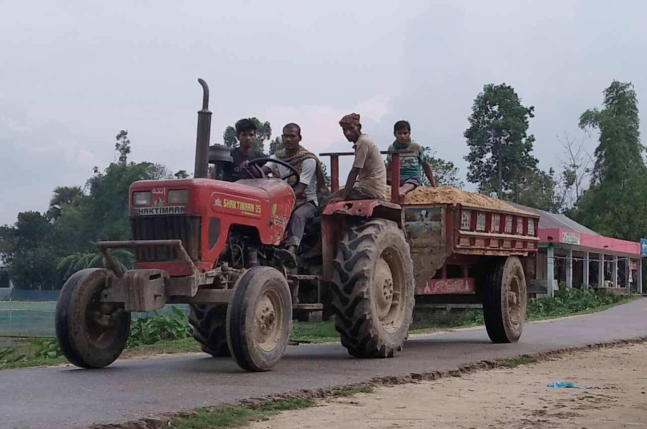 কমলগঞ্জের সুনছড়া থেকে অবৈধভাবে বালু উত্তোলন করে পরিবহন চলছে